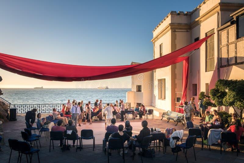 Baile de la gente en el castillo de Wulff - Castillo Wulff - Vina del Mar, Chile imagen de archivo
