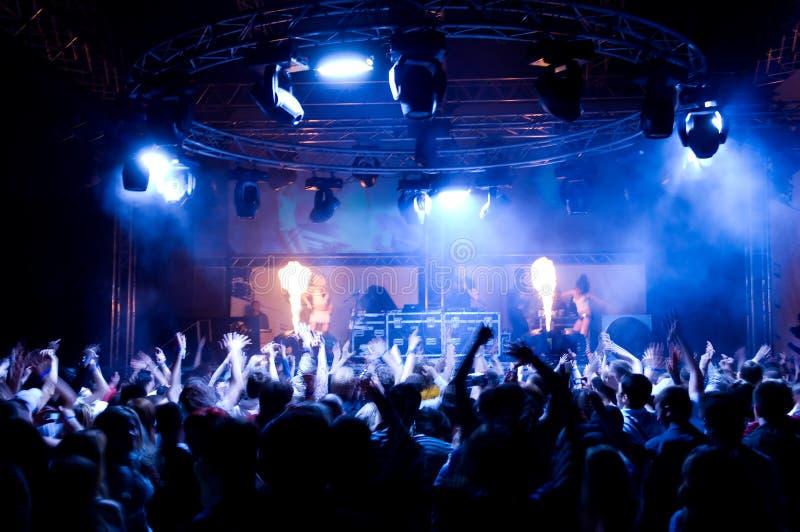Baile de la gente en el concierto foto de archivo