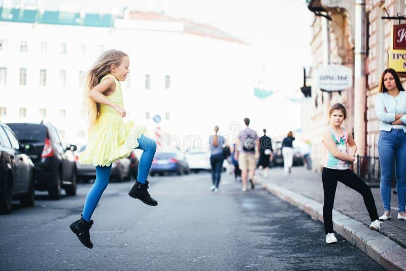 Baile de la muchacha del niño hermoso en la calle foto de archivo libre de regalías
