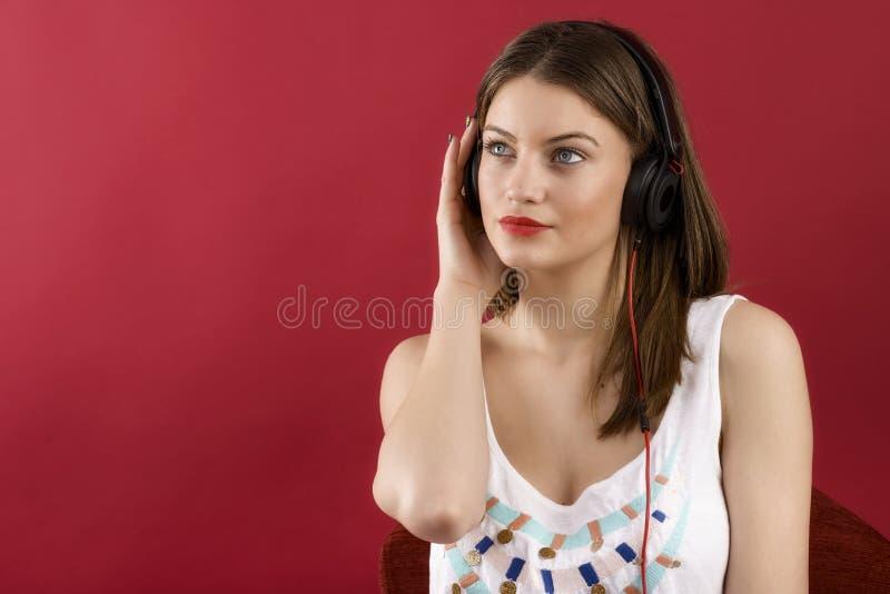 Baile de la mujer de la música de los auriculares que escucha fotos de archivo libres de regalías