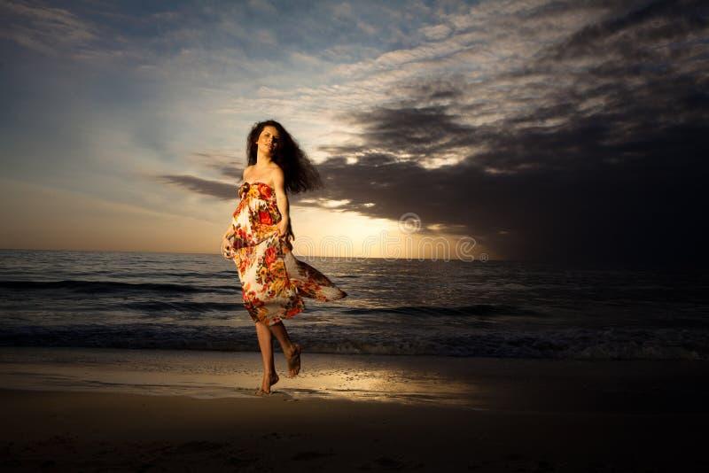 Baile de la mujer embarazada en la playa hermosa. imagenes de archivo