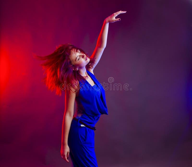 Baile de la mujer en el partido foto de archivo libre de regalías