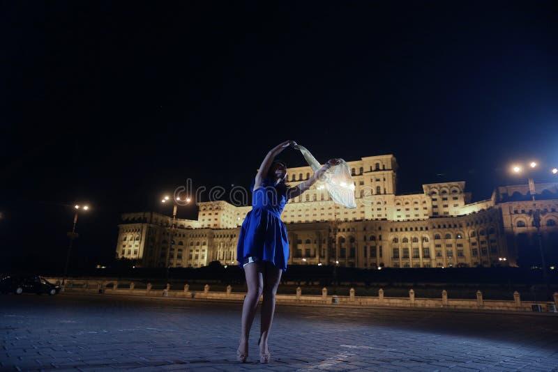 Baile de la mujer en la opinión de la ciudad de la noche fotografía de archivo