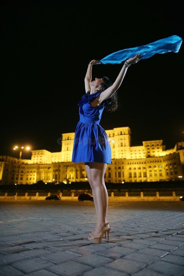 Baile de la mujer en la opinión de la ciudad de la noche imagen de archivo libre de regalías