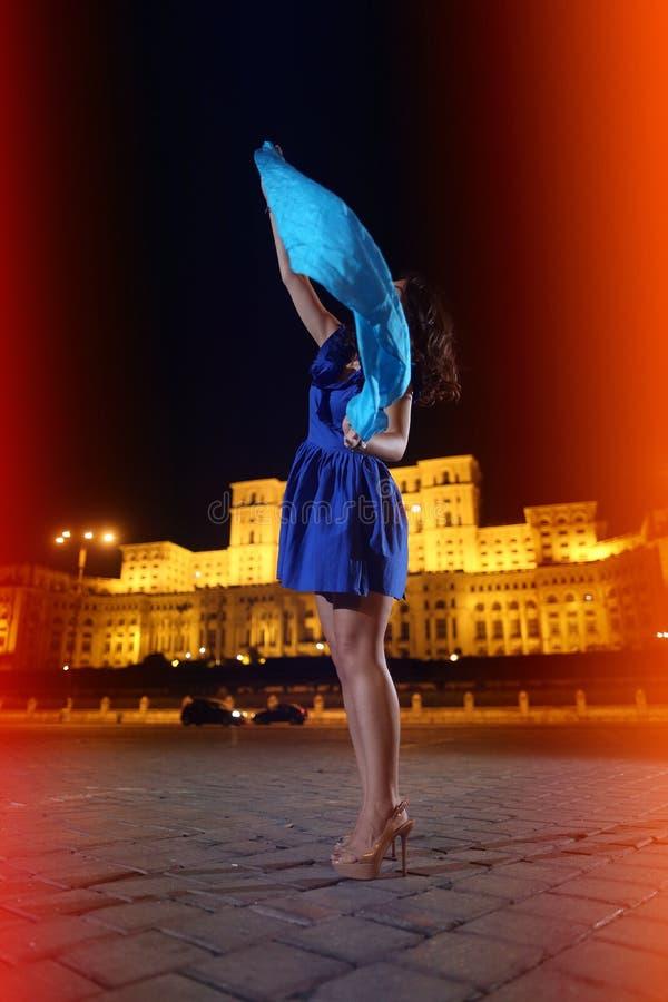 Baile de la mujer en la opinión de la ciudad de la noche imagen de archivo