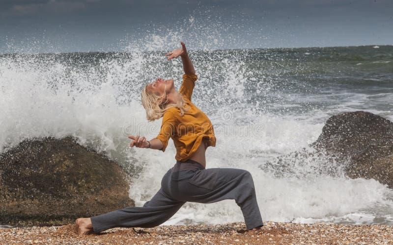 baile de la mujer en la resaca del mar imagenes de archivo