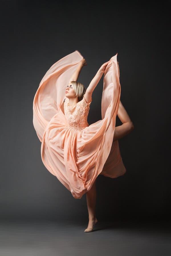 Baile de la mujer en vestido de la gasa imágenes de archivo libres de regalías