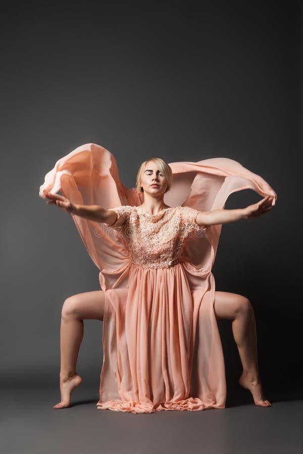 Baile de la mujer en vestido de la gasa foto de archivo libre de regalías