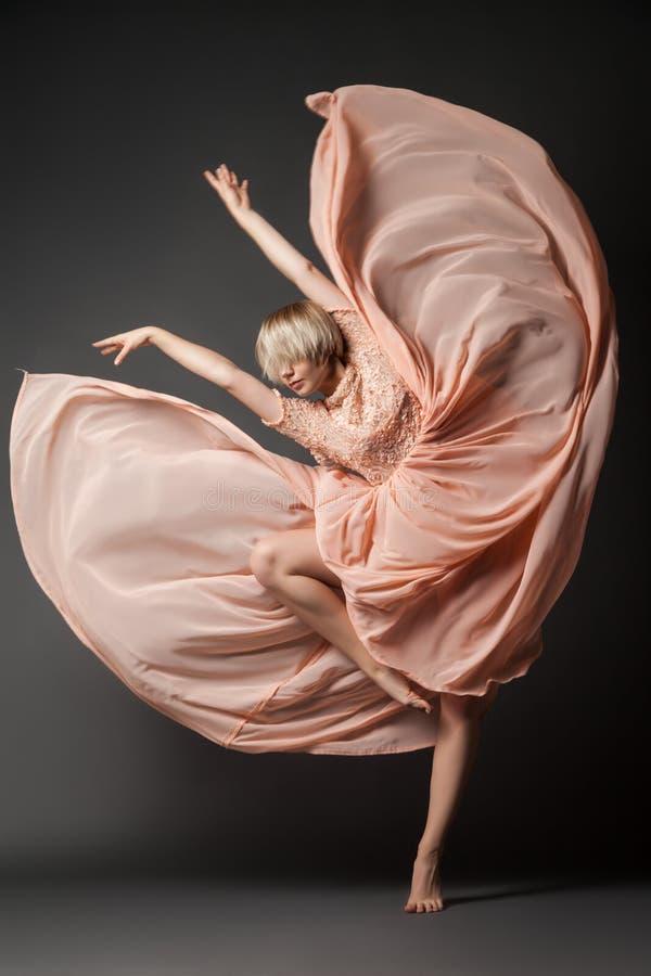 Baile de la mujer en vestido de la gasa imagen de archivo libre de regalías