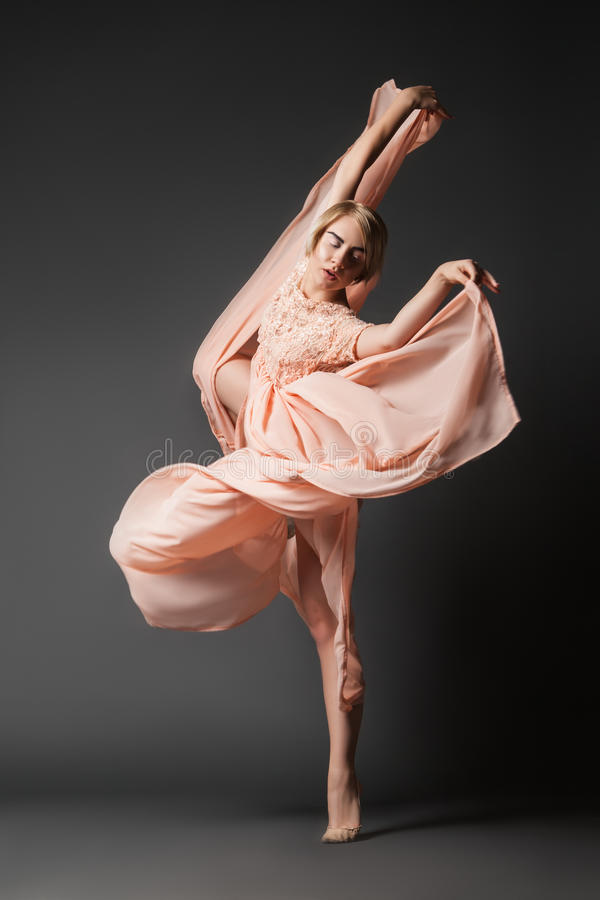 Baile de la mujer en vestido de la gasa fotografía de archivo