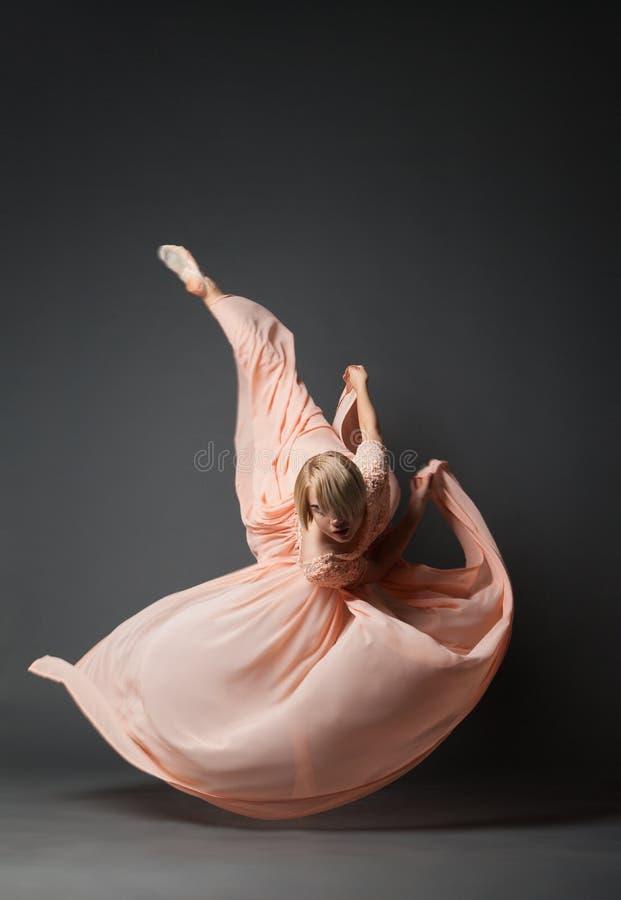 Baile de la mujer en vestido ligero imagenes de archivo