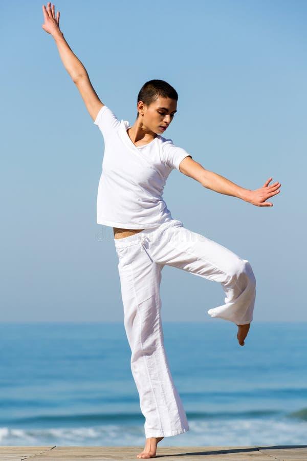Download Baile de la mujer joven foto de archivo. Imagen de playa - 42427896
