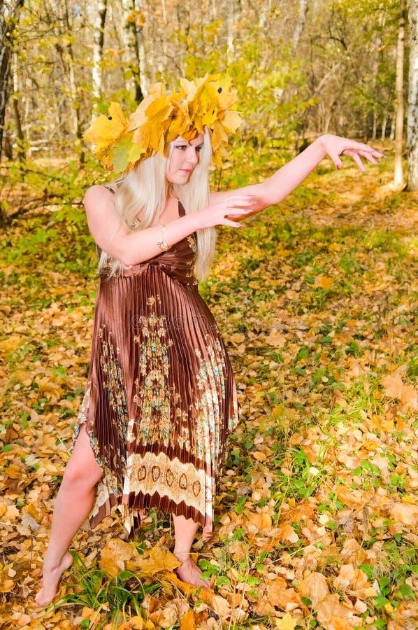 Baile de la mujer joven en parque del otoño fotos de archivo libres de regalías
