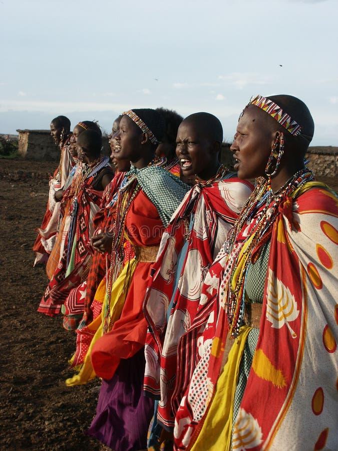 Baile de las mujeres de Maasai imagenes de archivo