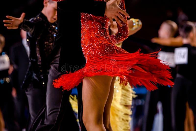 Baile de los atletas de los pares de la danza de los jóvenes imagenes de archivo