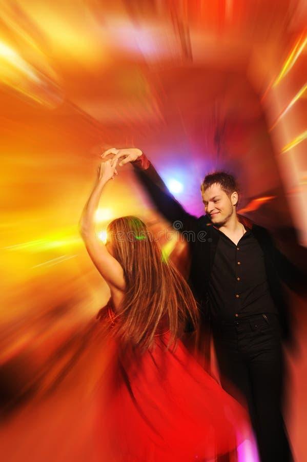 Baile de los pares en el club de noche fotos de archivo libres de regalías