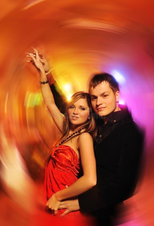 Baile de los pares en el club de noche foto de archivo