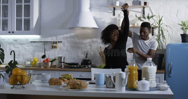 Baile de los pares en la cocina fotografía de archivo