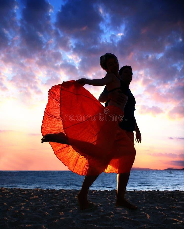 Baile de los pares en la puesta del sol fotos de archivo