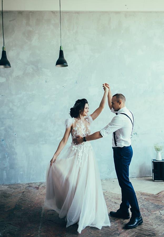 Baile de los pares de la boda fotos de archivo libres de regalías
