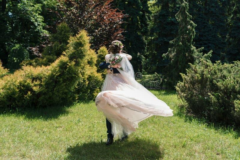 Baile de los pares de la boda y diversión felices jovenes el tener en día que se casa soleado Novio Spinning Bride el vestido se  imágenes de archivo libres de regalías