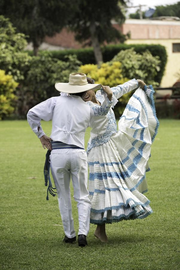 Baile de marinera, danza peruana típica fotografía de archivo libre de regalías