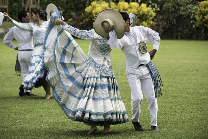 Baile de marinera, danza peruana típica imagenes de archivo