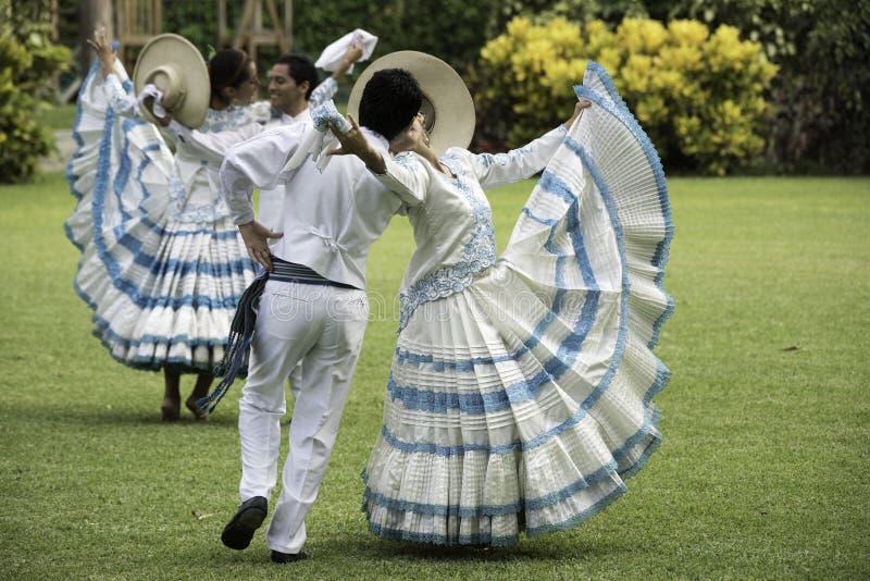 Baile de marinera, danza peruana típica imagen de archivo libre de regalías