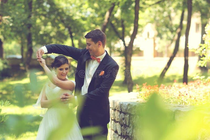 Baile de novia y del novio en el parque fotos de archivo