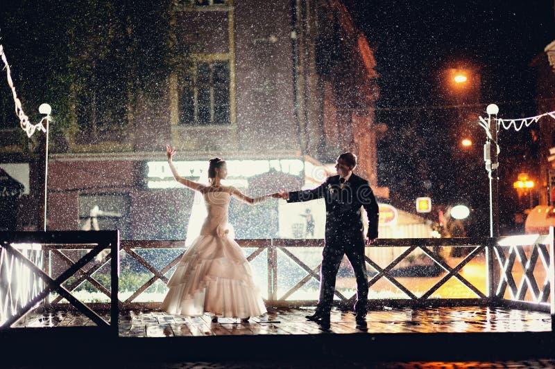 Baile de novia y del novio en la noche imágenes de archivo libres de regalías