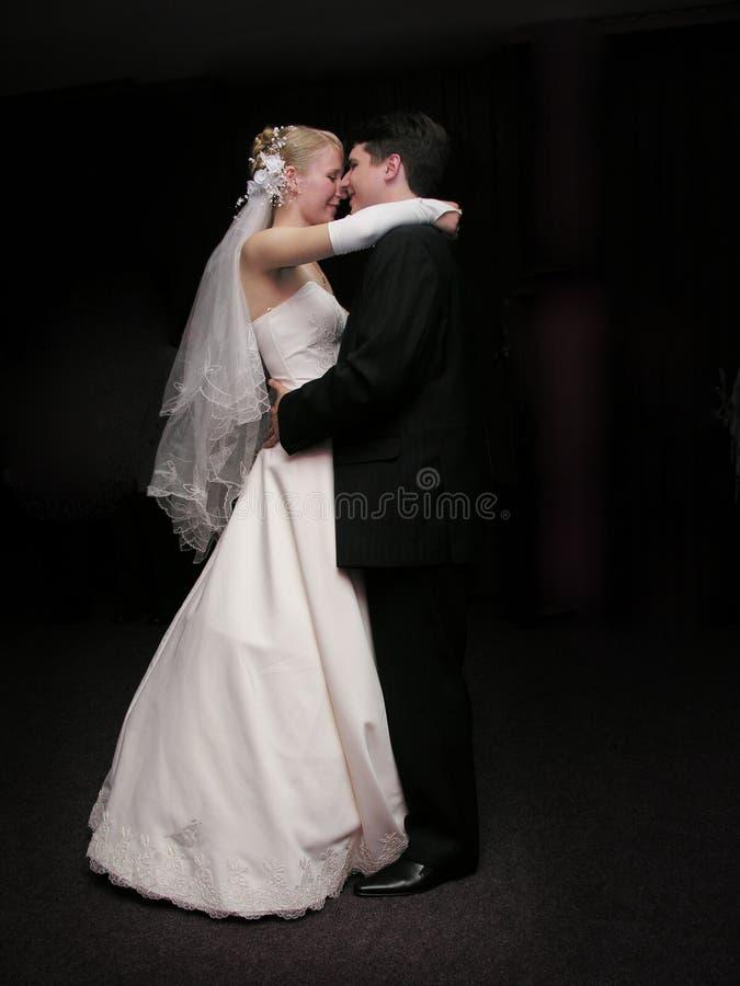 Baile de novia y del novio en la obscuridad imagenes de archivo