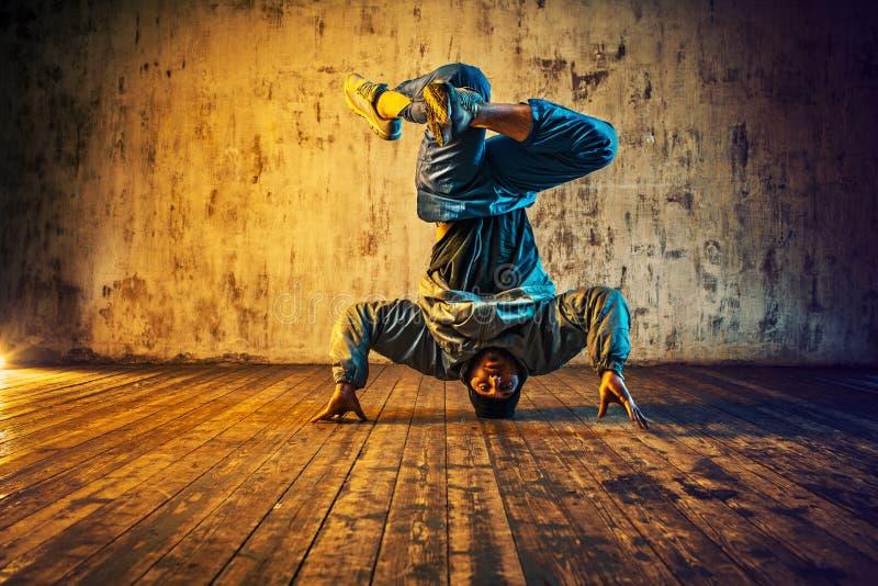 Baile de rotura del hombre joven fotos de archivo