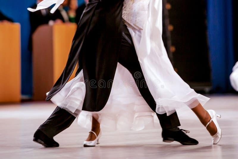 Baile de salón de baile de los bailarines de los atletas de los pares fotografía de archivo