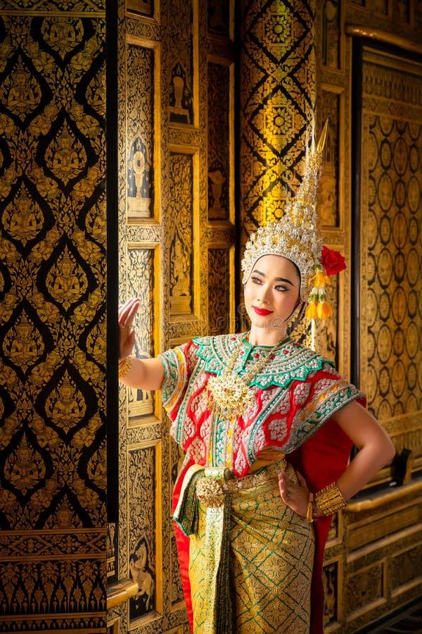 Baile de Tailandia de la cultura del arte en khon enmascarado en el ramayana de la literatura, mono cl?sico tailand?s enmascarado fotos de archivo