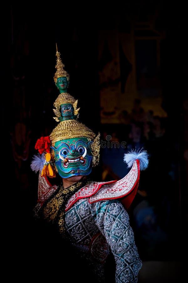 Baile de Tailandia de la cultura del arte en khon enmascarado en el ramayana de la literatura, mono cl?sico tailand?s enmascarado foto de archivo