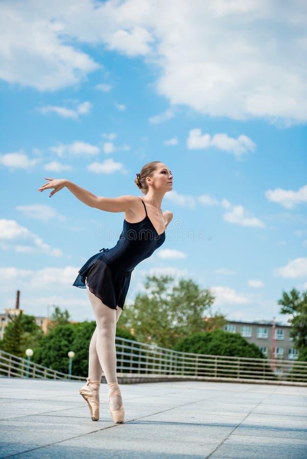 Baile del bailarín de ballet al aire libre foto de archivo