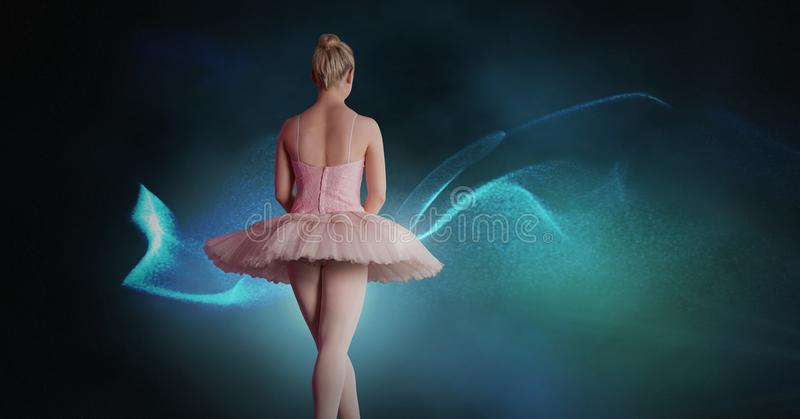 Baile del bailarín de ballet con las luces que brillan intensamente digitales imagen de archivo
