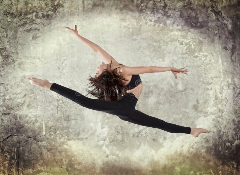 Baile del ballet moderno de la mujer joven fotografía de archivo libre de regalías