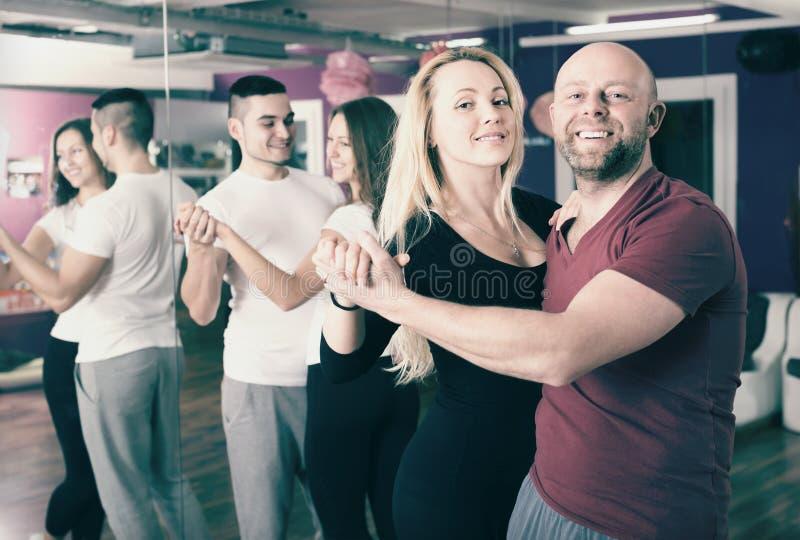 Baile del grupo en club fotos de archivo libres de regalías