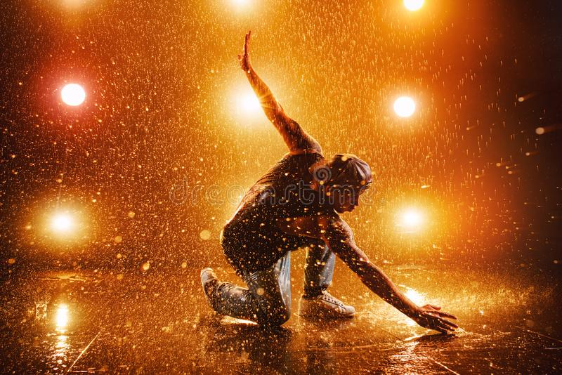 Baile del hombre joven imagenes de archivo