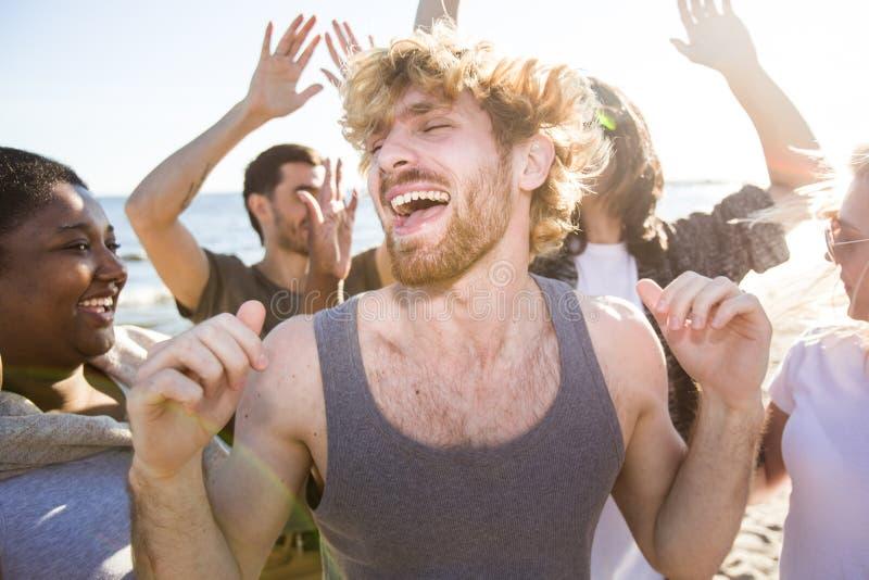 Baile del hombre joven en partido imagen de archivo