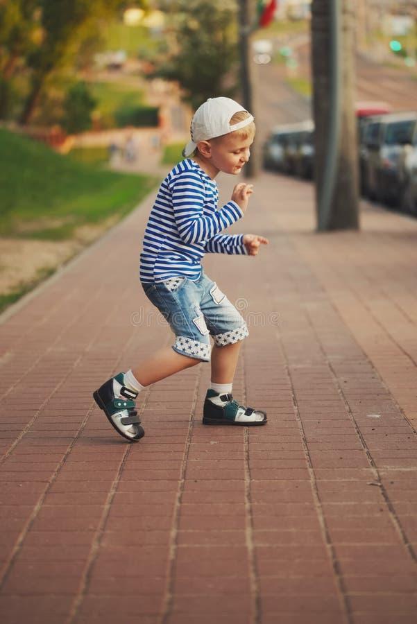 Baile del niño pequeño en la calle foto de archivo