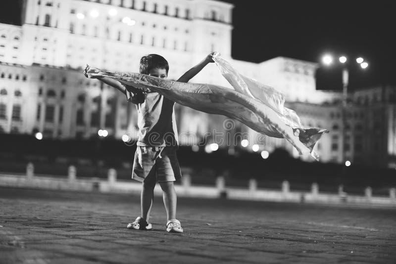 Baile del niño pequeño en la opinión de la ciudad de la noche fotografía de archivo libre de regalías