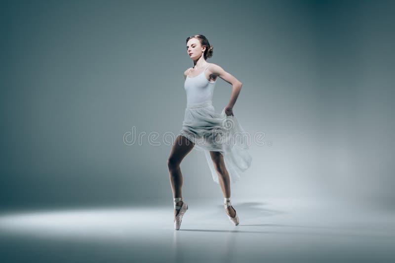 baile elegante de la bailarina fotografía de archivo