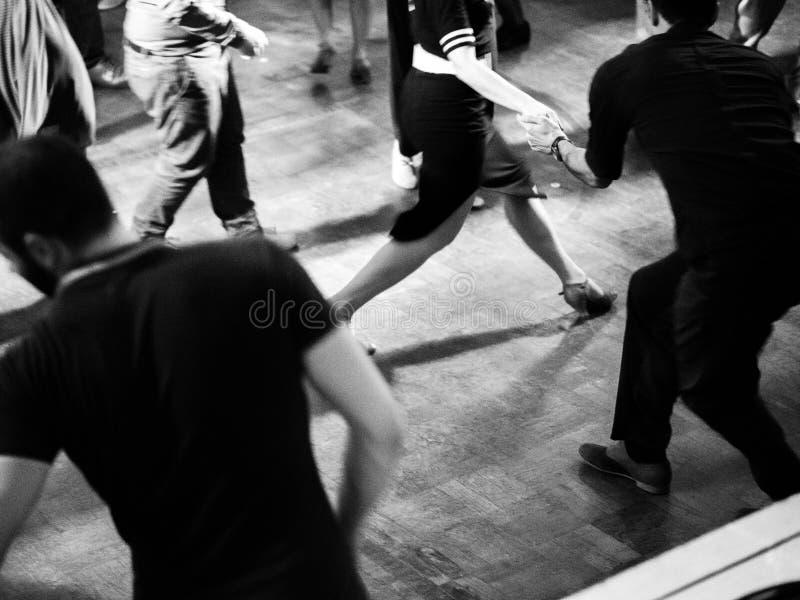 Baile en el vintage del partido de la música de oscilación y el estilo retro fotografía de archivo