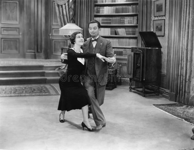 Baile feliz de los pares fotografía de archivo