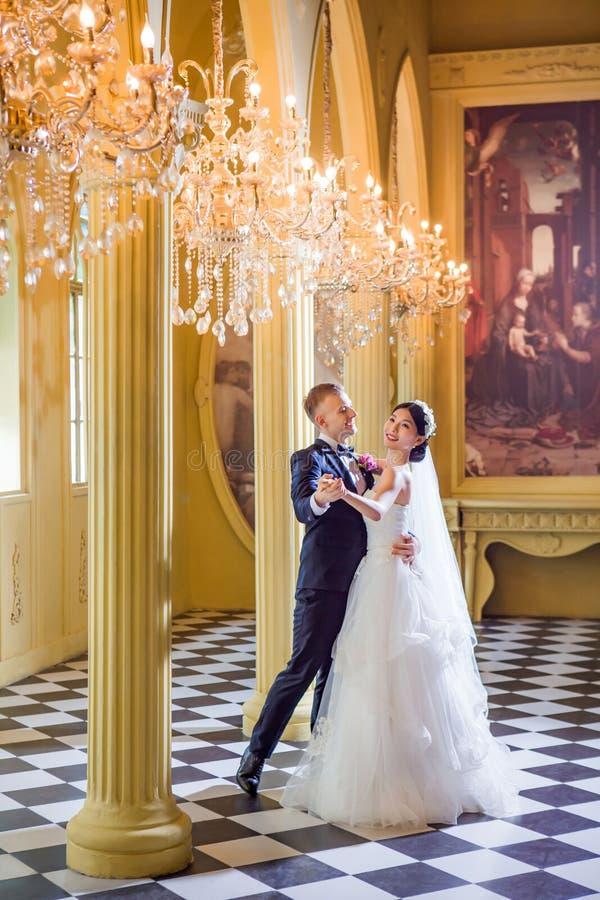 Baile feliz de los pares de la boda en iglesia foto de archivo libre de regalías