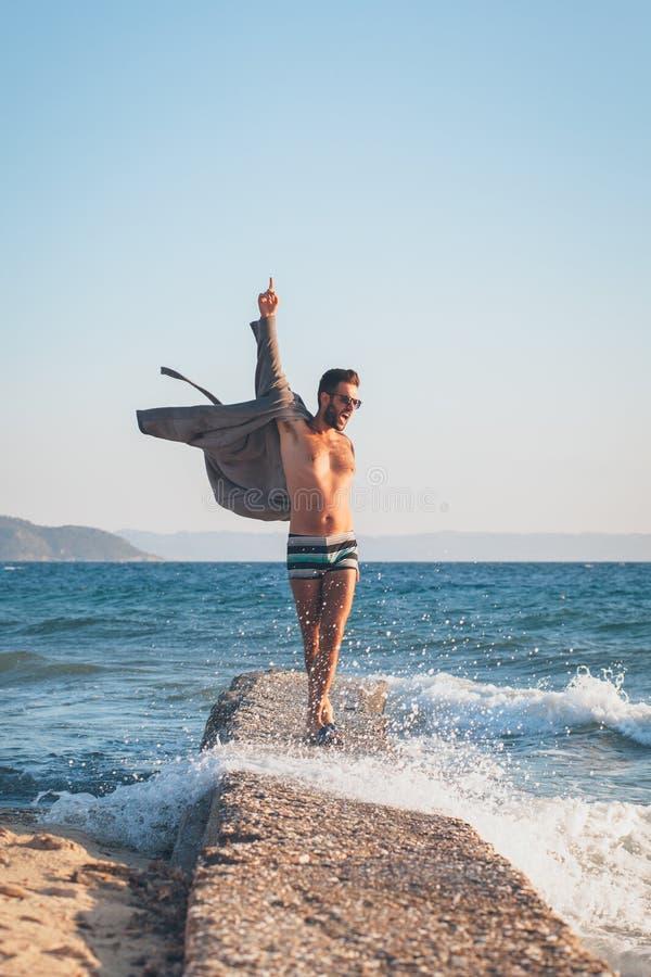 Baile feliz del hombre joven en el muelle fotos de archivo