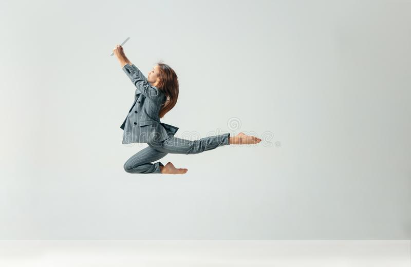 Baile feliz y sonrisa de la mujer de negocios aislados sobre blanco imagen de archivo libre de regalías