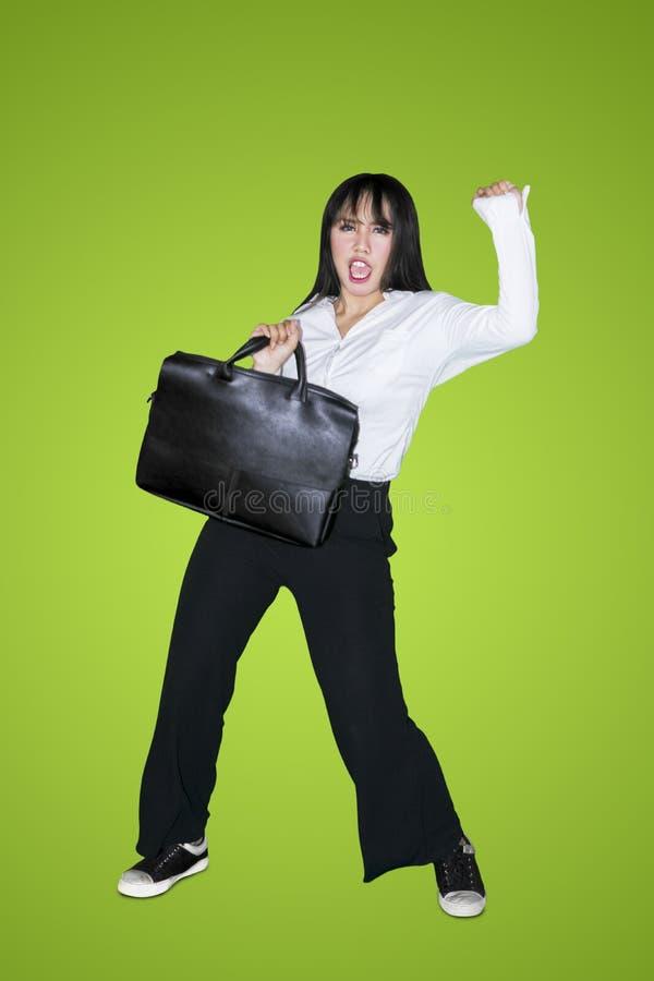 Baile femenino del empresario con la cartera fotos de archivo libres de regalías